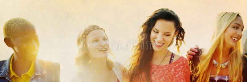 Przyjaźni więzi uczuciowa relaksu lata plaży szczęścia pojęcie zdjęcia royalty free