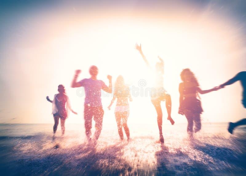 Przyjaźni wolności plaży wakacje letni pojęcie fotografia royalty free
