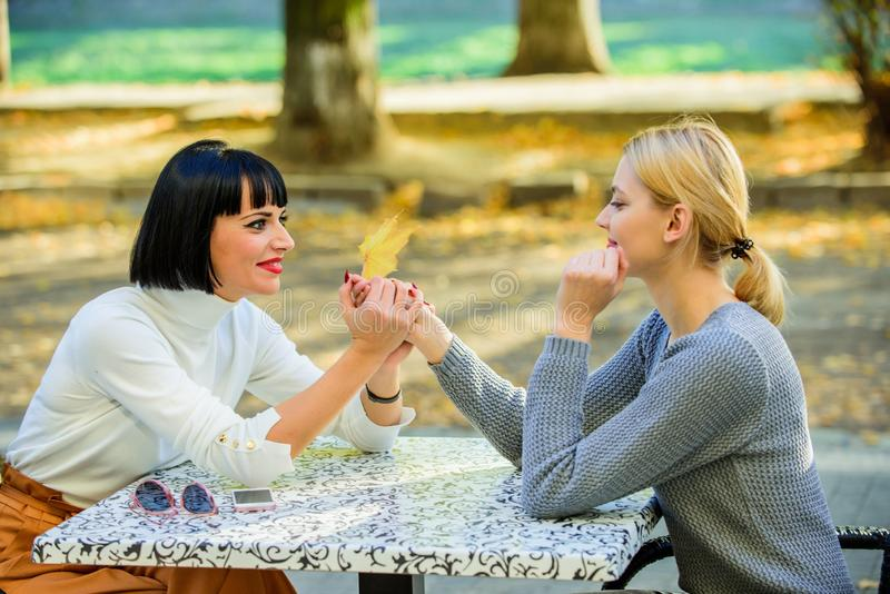 Przyja?ni spotkanie Dziewczyna przyjaciół napoju kawowa rozmowa Rozmowa dwa kobiet kawiarni taras Przyjaźni życzliwy zakończenie zdjęcia stock