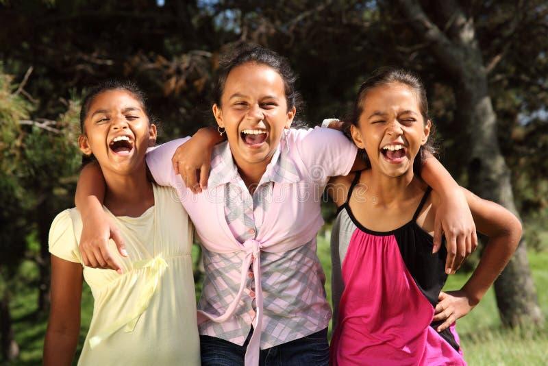przyjaciół dziewczyny komicznie śmiechu momentu część obrazy royalty free