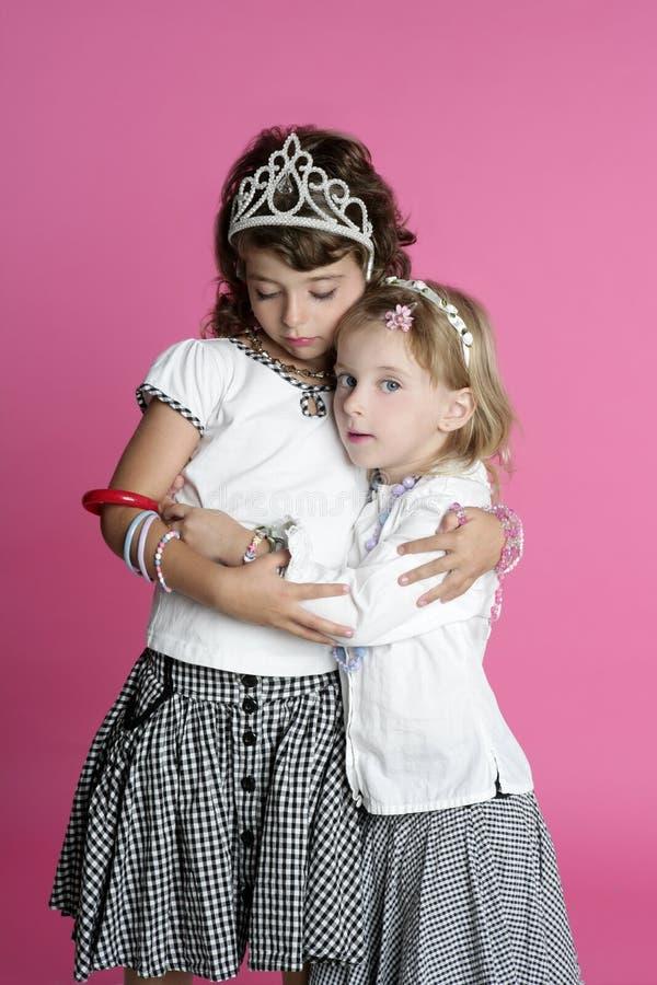 przyjaciół dziewczyny uściśnięcia mały siostr stojak dwa obraz stock