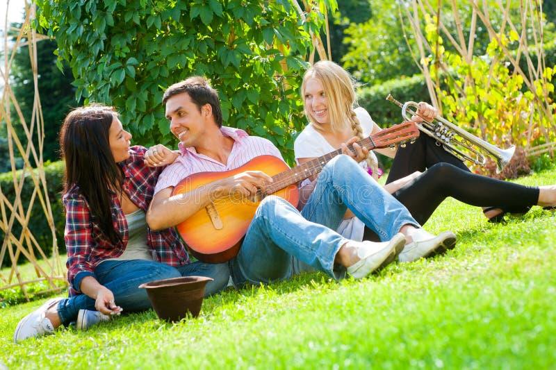 przyjaciół gitary sztuka trąbki potomstwa zdjęcie royalty free