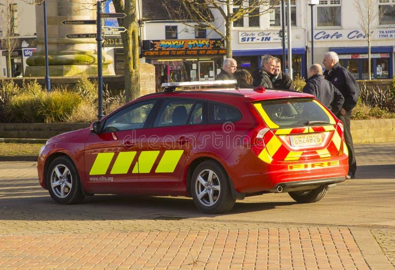 Przyjaciół i praca kolegów zatrudniony Północnym - Ireland Pożarnicza i Ratownicza usługa cieszy się gadkę w lokalnym carpark zdjęcia royalty free