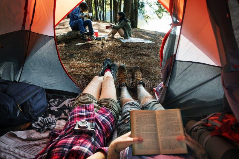 Przyjaciół Obozować Relaksuje Urlopowego Weekendowego pojęcie zdjęcie stock