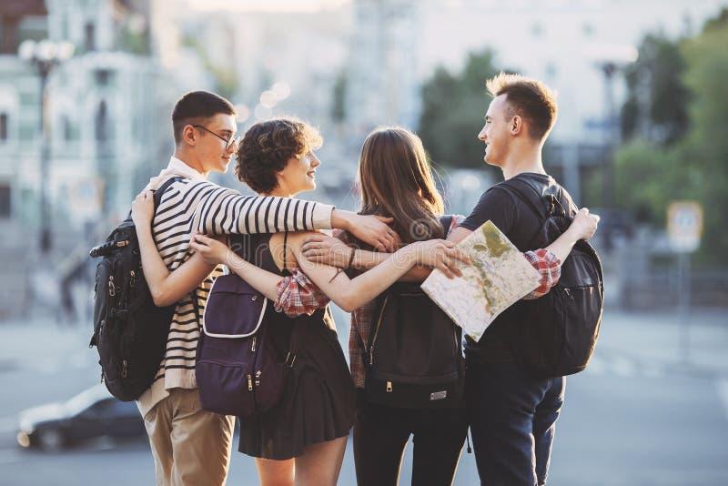 Przyjaciół podróżnicy z plecaków ściskać obrazy royalty free