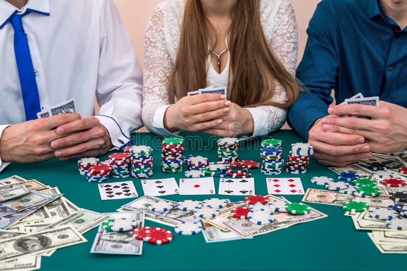 Przyjaciel firma bawić się grzebaka, uprawiający hazard z pieniądze i układami scalonymi obraz royalty free