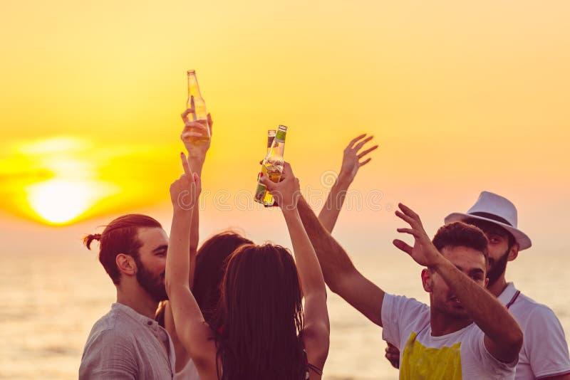 Przyjaciel plaży przyjęcia napojów grzanki świętowania pojęcie obrazy royalty free