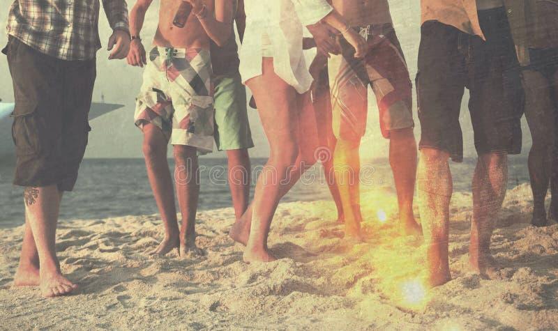 Przyjaciel plaży przyjęcie Tanczy Rozochoconego pojęcie obrazy stock