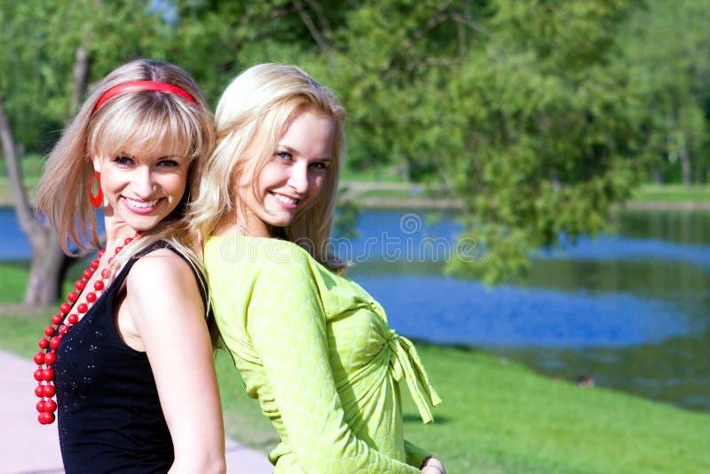 przyjaciel szczęśliwe uśmiechnięte młode kobiety obrazy stock