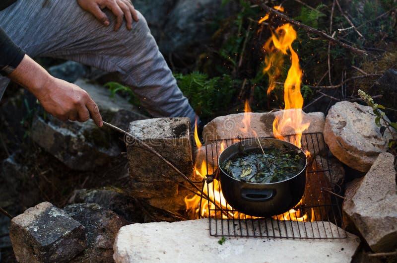 Przyjaciela ?asowania jedzenia Obozuje poj?cie Ciepły ogień ty pić i obozować w górach zdjęcie stock
