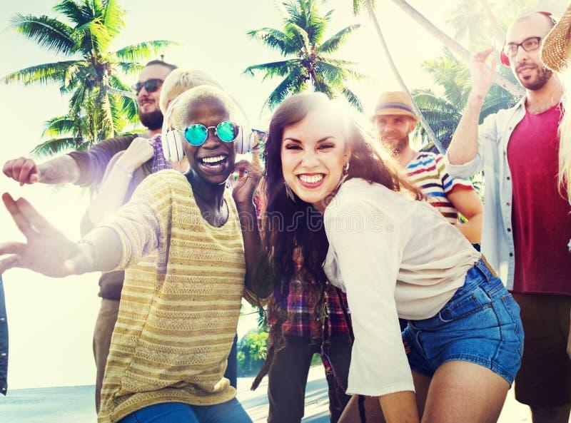 Przyjaciela lata plaży przyjęcia Dancingowy pojęcie zdjęcie royalty free