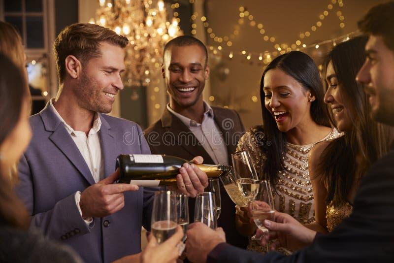 Przyjaciela Otwarty szampan Gdy Świętują Przy przyjęciem Wpólnie zdjęcie royalty free