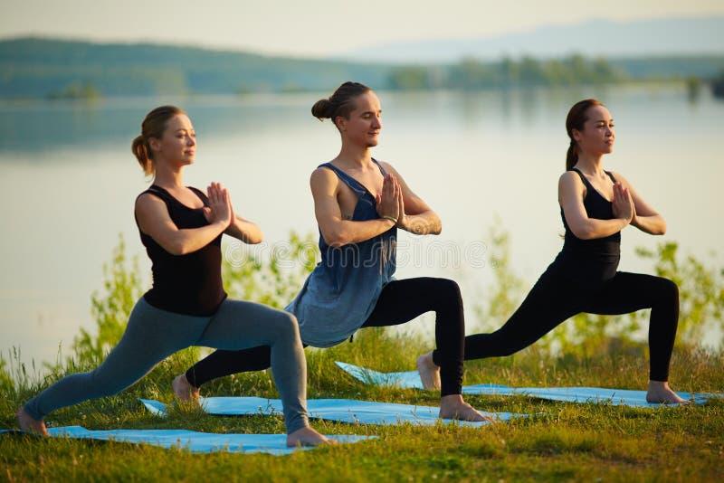 Przyjaciele ćwiczy joga zdjęcia stock
