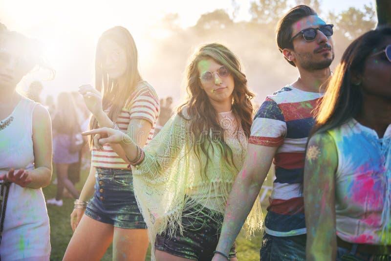 Przyjaciele świętują letniego dzień na festiwalu muzykim obrazy royalty free