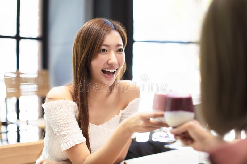 Przyjaciele Świętują z grzanką i Clink w restauracji zdjęcia royalty free