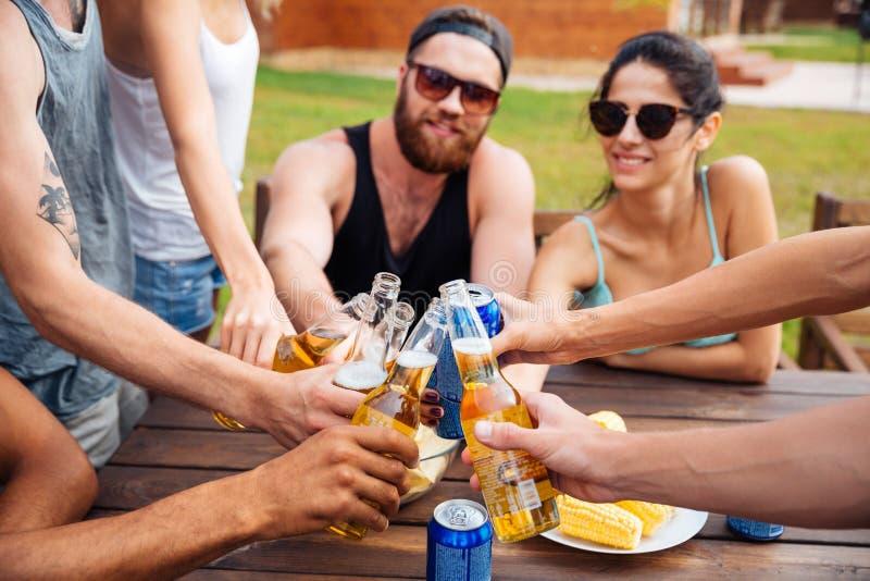 Przyjaciele świętuje piwo outdoors i pije fotografia royalty free