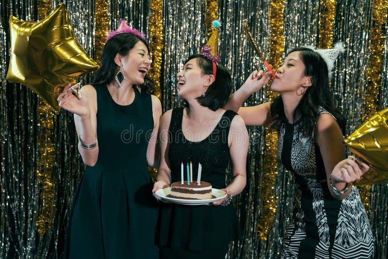 Przyjaciele świętuje urodziny w noc klubie fotografia stock