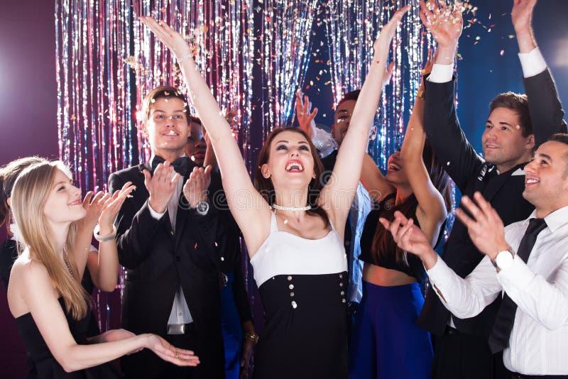 Przyjaciele świętuje w klubie nocnym zdjęcia stock