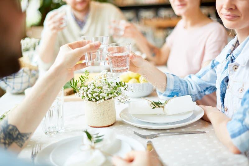 Przyjaciele świętuje wydarzenie w restauraci zdjęcia royalty free
