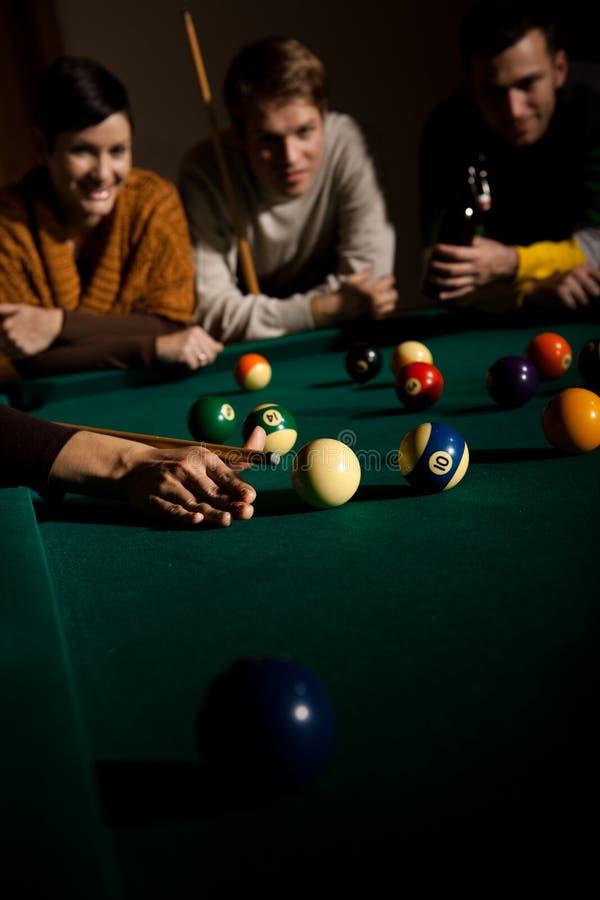 Przyjaciele bawić się snooker obraz royalty free