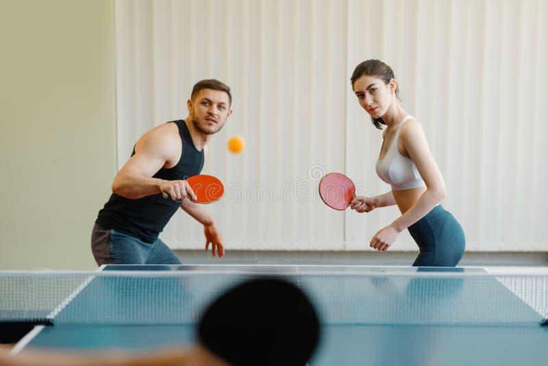 Przyjaciele bawić się sport grę, grupowy śwista pong obraz stock