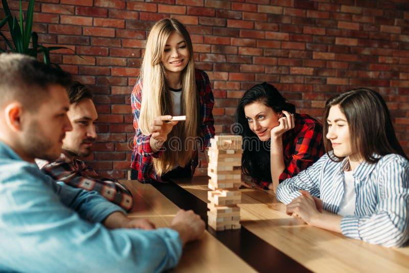 Przyjaciele bawić się stołową grę, selekcyjna ostrość na wierza obraz stock