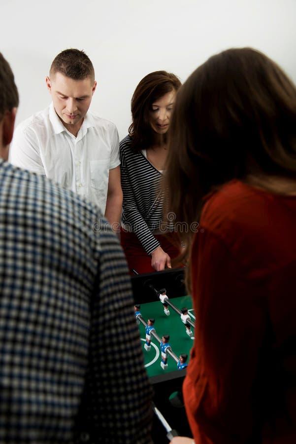 Przyjaciele bawić się stołowego futbol fotografia royalty free
