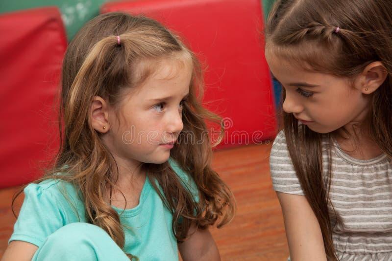Przyjaciele bawić się w dziecinu fotografia stock