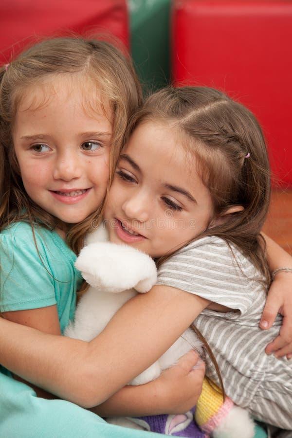 Przyjaciele bawić się w dziecinu zdjęcia royalty free
