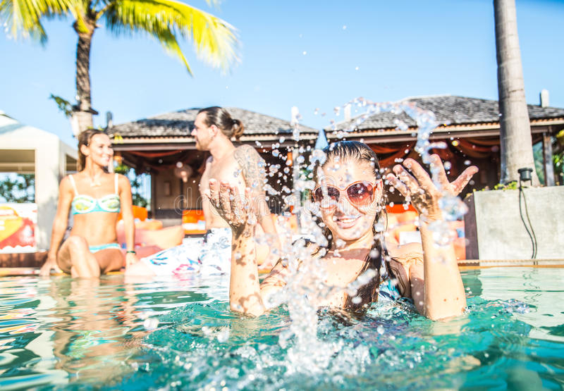 Przyjaciele bawi się pływackiego basenu zdjęcie royalty free