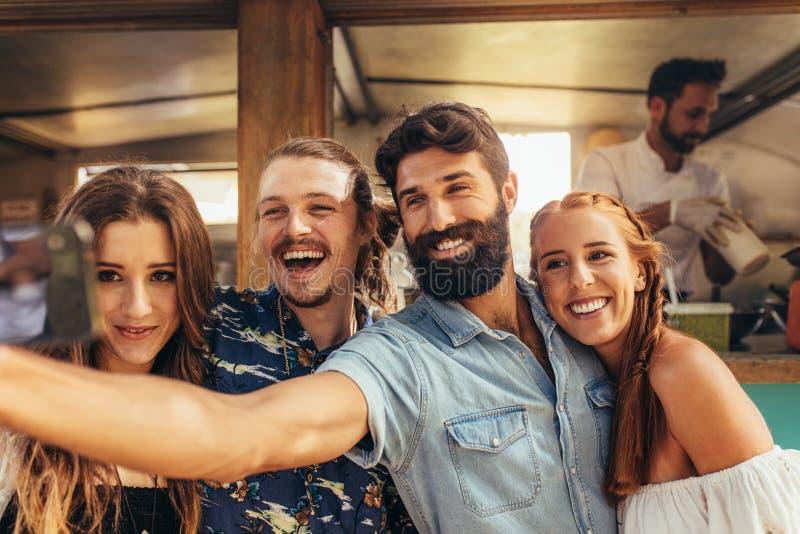 Przyjaciele bierze selfie przy lato festiwalem obrazy royalty free