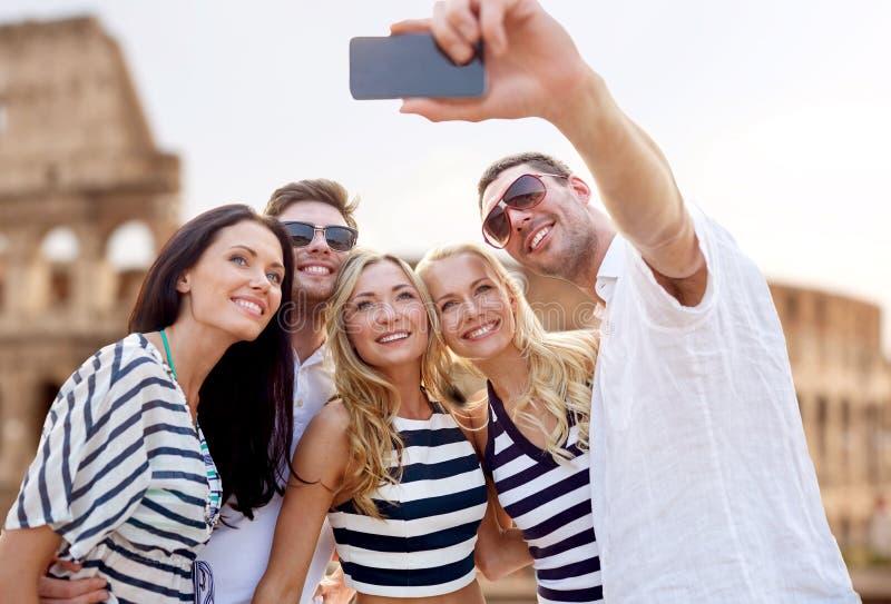 Przyjaciele bierze selfie z smartphone obraz royalty free