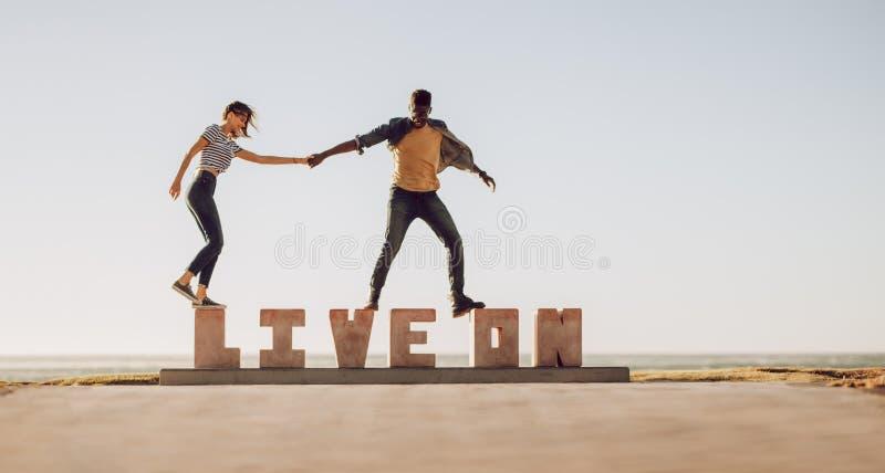 Przyjaciele chodzi nad ŻYWYM NA słowie zdjęcie stock