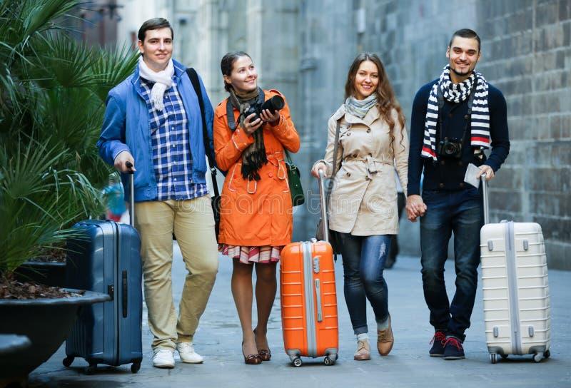 Przyjaciele chodzi przez miasto ulicy obrazy royalty free