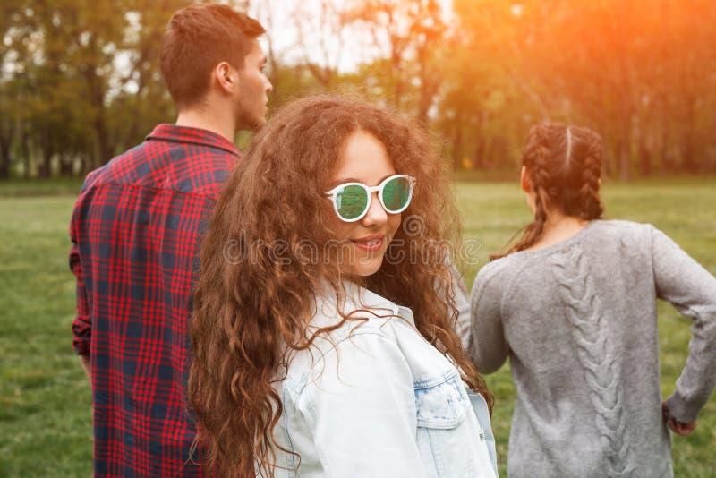 Przyjaciele chodzi w parku na słonecznym dniu fotografia stock