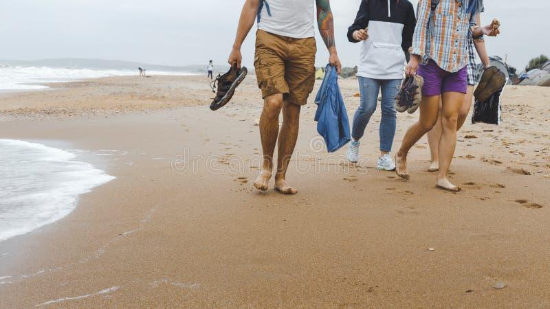 Przyjaciele Chodzi Wzdłuż plaży Podróży turystyki podróży Plenerowy pojęcie obraz stock