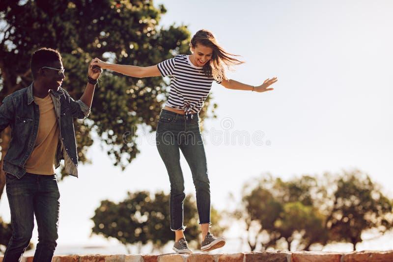 Przyjaciele cieszy się outdoors na letnim dniu fotografia royalty free