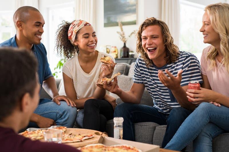 Przyjaciele cieszy się pizzy przyjęcia obrazy royalty free