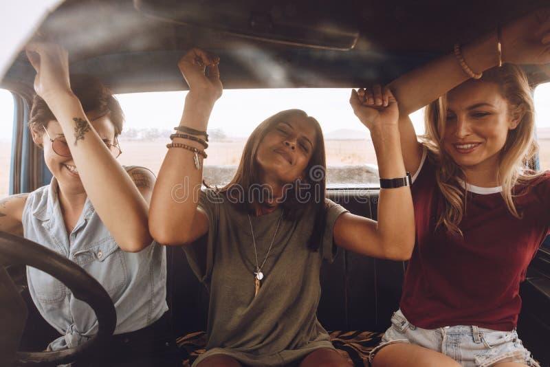 Przyjaciele cieszy się podróżować w samochodzie zdjęcia royalty free