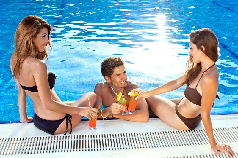 Przyjaciele cieszy się tropikalnego wakacje fotografia stock