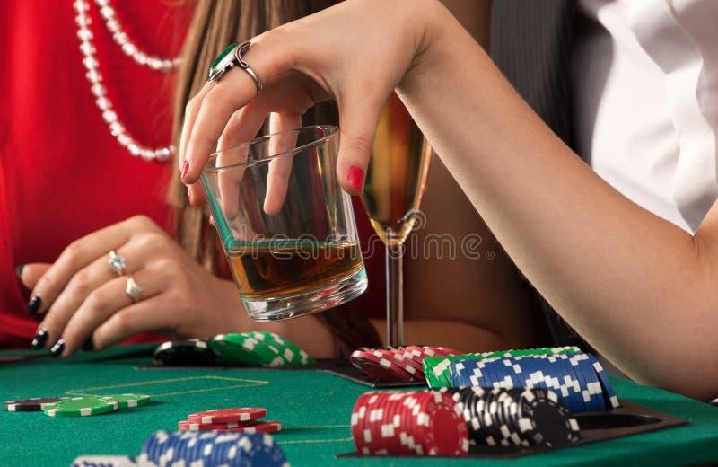 Przyjaciele cieszy się uprawiać hazard fotografia royalty free
