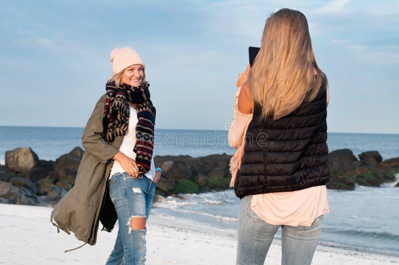 przyjaciele Dziewczyny biorą obrazek na plaży fotografia stock
