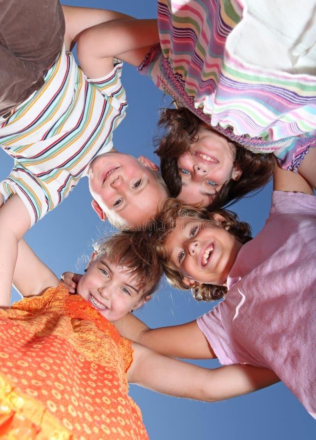 przyjaciele grupują szczęśliwych uśmiechniętych potomstwa zdjęcie royalty free