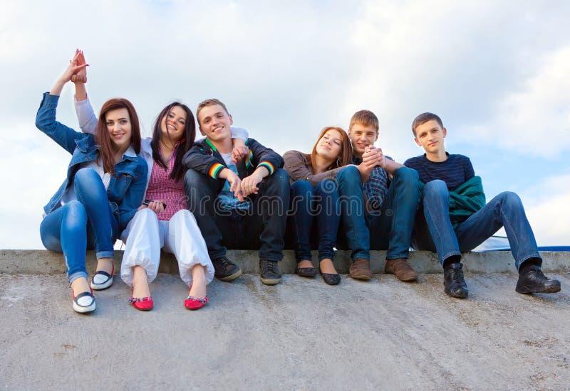 przyjaciele grupują uśmiechać się ja target1759_0_ obrazy royalty free