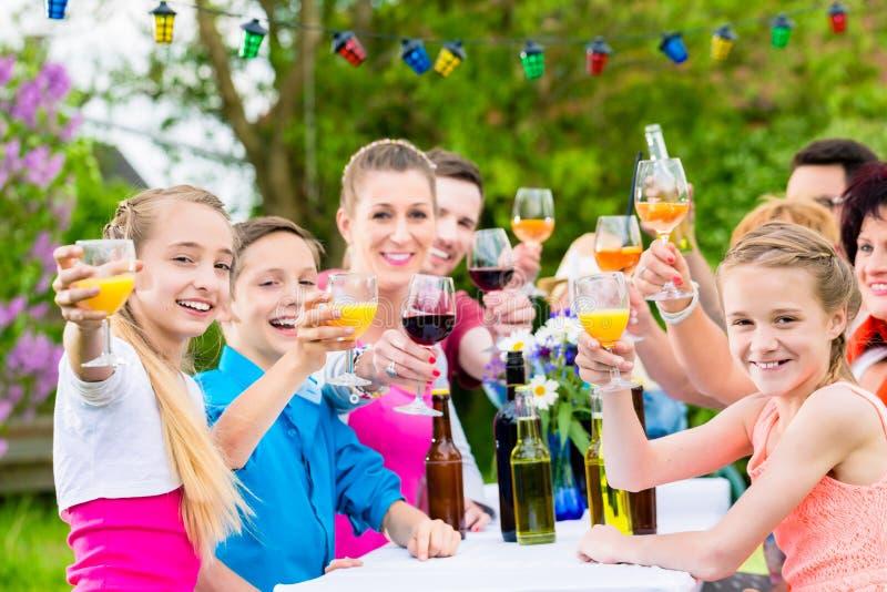Przyjaciele i sąsiad wznosi toast na ogrodowym przyjęciu obrazy stock