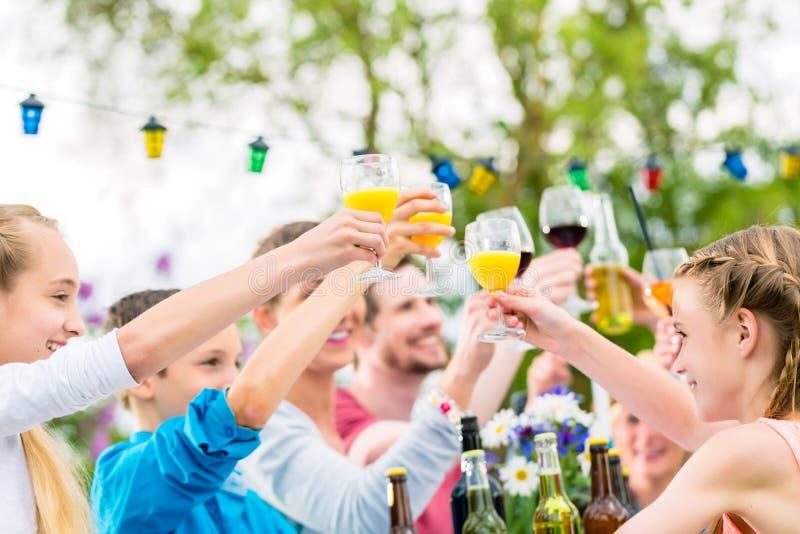 Przyjaciele i sąsiad wznosi toast na ogrodowym przyjęciu zdjęcie stock