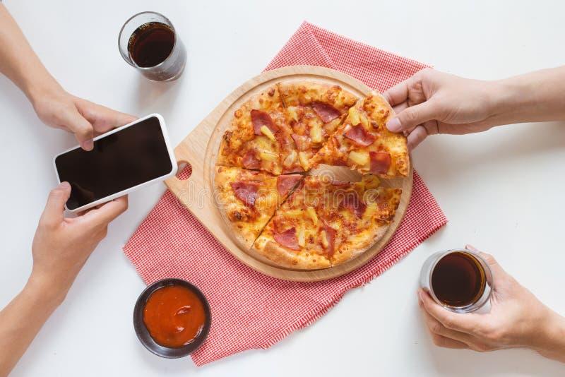 Przyjaciele je pizzy przyjęcia w domu, zbliżenie fotografia royalty free
