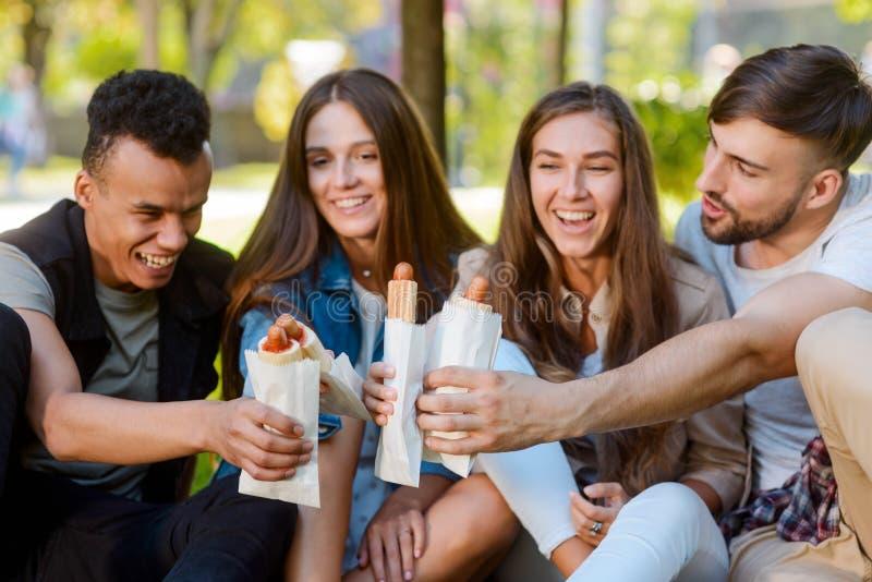 Przyjaciele jedzą hot dog obraz royalty free