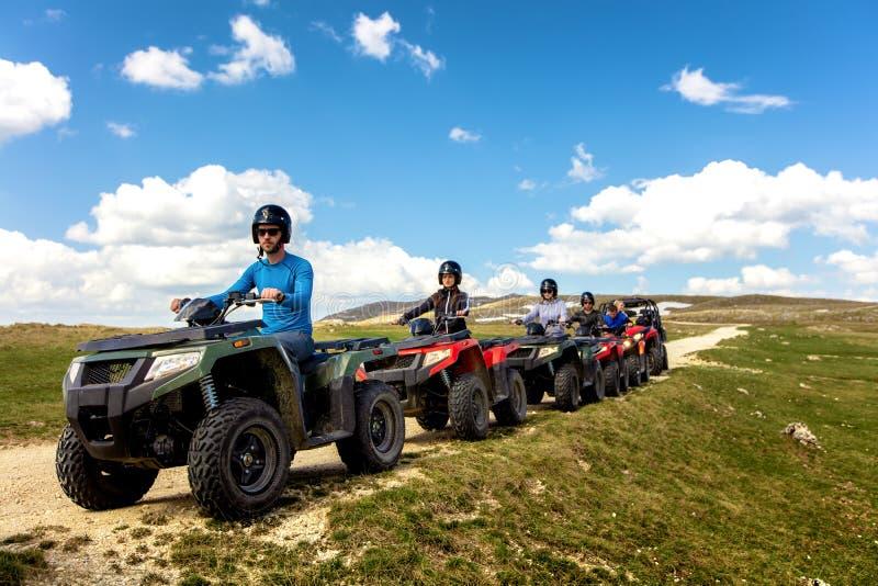 Przyjaciele jedzie drogę z kwadrata rowerem lub pojazdami ATV i UTV obrazy royalty free