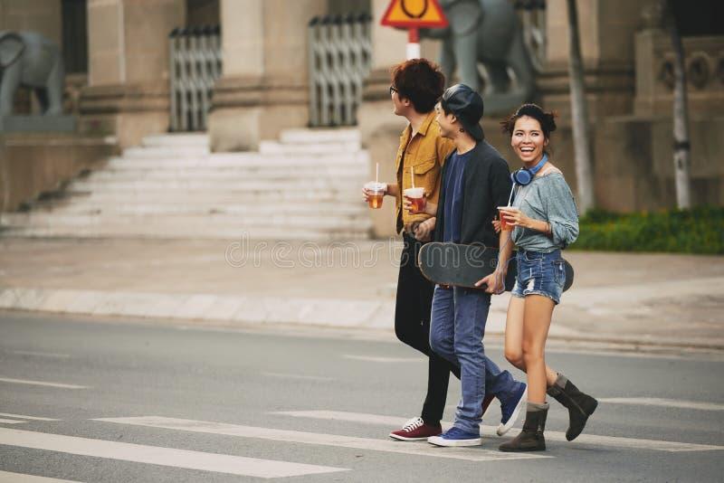 Przyjaciele Krzyżuje ulicę w centrum miasta fotografia stock
